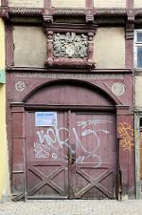 Historisches Holztor, Einfahrt für Fuhrwerke / Pferdegespanne - Wappen und Inschrift im Türbalken - Jahreszahl 1588; Fachwerkarchitektur in Westendorf / Halberstadt.