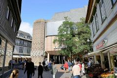Fussgängerzone in Goslar - Geschäfte; Kaufhausarchitektur / Karstadt.