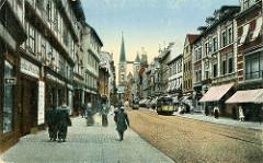 Altes Bild aus Halberstadt - Geschäftsstraße mit Passanten und Strassenbahnen; Blick durch den Breiten Weg zur Kirche St. Martini