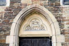 Relief - Agnus Dei, Lamm Gottes; Westportal der  St. Sylvestri Kirche.