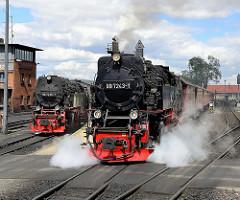 Lokomotive - Dampflokomotiven am Bahnhof Wernigerode - ein Zug der Schmalspurbahn fährt ab.