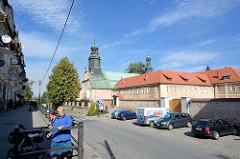 Wohnhäuser und Kirche des hl. George und St. Adalbert  in Kłodzko - Glatz.