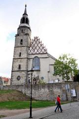 Pfarrkirche Mariä Himmelfahrt; Ersterwähnung im 13. Jahrhundert, im Hussitenkrieg 1429 zerstört - wiedererrichtet als dreischiffiger gotischer Bau - Zerstörung im 30 jährigen Krieg; Wiederaufbau 1692 in spätgotischem Baustil.