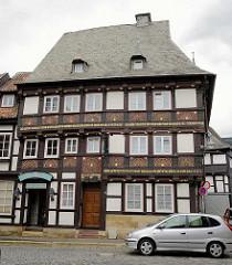 Mit Schnitzereien verziertes Fachwerkhaus von 1573 in Goslar / Harz.