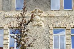 Historisches Krankenhausgebäude St. Salvator in Halberstadt; Inschrift mit Wolfsangel im Wappen.