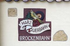 Schild an der Fassade vom Wernigeröder Schmalspur Bahn in Wernigerode - Harz Querbahn, Brockenbahn.