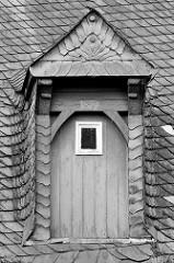 Schieferdach in Goslar / Harz - Dacherker / Dachluke, Holztür mit Schiefer verkleidet.