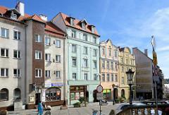 Wohnhäuser mit Geschäften - unterschiedliche Baustile, Altbau / Neubau in Kłodzko - Glatz.