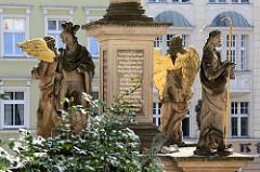 Sockel der Mariensäule von Kłodzko / Glatz, spätbarocke Bildsäule aus dem 17. Jahrhundert - Bildhauer Hans Adam Bayerhoff. Figuren des Stadtpatrons Erzengel Gabriel sowie der Pestheiligen Sebastian,Karl Borromäus, Franz Xaver und Rochus.