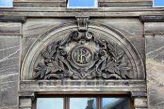Historische Industriearchitektur in Blankenburg - Steinrelief im Giebel, Monogramm ER mit Rankwerk
