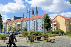 Wohnhäuser mit farbigen Fassaden - Fussgängerzone - Turmspitzen vom Halberstädter Dom.