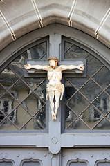 Jesus am Kreuz - Eingangsschmuck am Gebäude Großes Heiliges Kreuz in Goslar.
