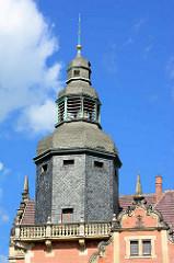 Mit Schiefer verkleideter Turm der Alten Post in Blankenburg.