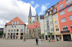 Fischmarkt von Halberstadt - re. die Martini Arkaden - im Bildzentrum die Kirchtürme der St. Martinikirche in Halberstadt.
