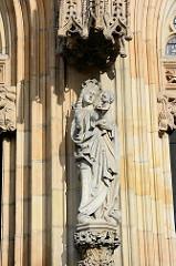 Skulptur am Eingangsbereich der Stadtpfarrkirche St. Stanislaus und Wenzel (Kościół ŚŚ. Stanisława i Wacława) in Świdnica - Schweidnitz. Seit 2004 Kathedrale des neueingerichteten Bistums, wurde 1325–1488 an der Stelle eines 1250 erwähnten Vorgängerb