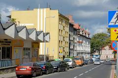 Moderne sozialistische Architektur / Ladenzeile, Wohnhäuser - Mietshäuser im Baustil der Gründerzeit; Strassenzug in Bunzlau / Bolesławiec.