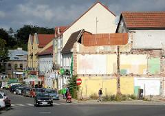 Architekturbilder aus Bunzlau / Bolesławiec; Geschäftshäuser, Wohnhäuser - Reste / Wand eines abgerissenen Gebäudes, Terrasse mit Sichtschutz.