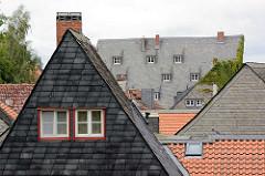Wohnhaus mit Schiefer verkleideter Fassade - Hausdächer mit Schieferplatten eingedeckt; Wohnhäuser in Goslar / Harz.