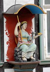 Figürlicher Fassadenschmuck mit Baldachin - römische Figur mit Stab, Schlange und Schale / Hippokrates - Marktkirchhof in Goslar.