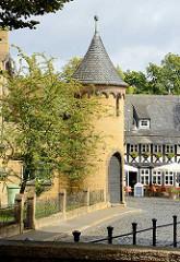 Turm der ehem. Realschule am Hohen Weg in Goslar - Natursteinbau mit Schiefereindeckung.