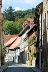 Schmale Strasse / Gasse mit mehrstöckigen Fachwerkhäusern - Wohnhäusern; Kopfsteinpflaster - Architekturbilder aus Blankenburg.