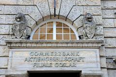 Eingang Commerzbank Aktiengesellschaft Filiale Goslar - brüllende Löwen mit Wappenschild.