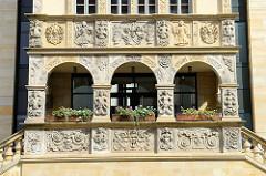 Rekonstruktion der Ratslaube am alten Halberstädter Rathaus - das Vorgängergebäude wurde im Krieg zerstört; Stuckelemente - Figurenreliefs, Arabesken und Maskarons.