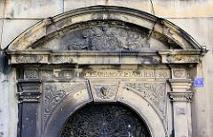 Eingang zum ehem. Jesuitenkollegium in Kłodzko Glatz; erbaut von 1654 bis 1690 nach Plänen von Carlo Lurago durch die Baumeister Francesco Canevale und Andrea Carove.