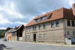 Wohnhäuser in Blankenburg / Harz - mit Holzpaneelen verkleidete Hausfassade.
