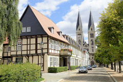 Historische Gebäude am Domplatz und Kirchtürme vom Dom St. Stephanus und St. Sixtus in Halberstadt.