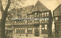 Alte Fotografie - Fachwerkgebäude in Goslar, ehem. Polizeiamt; Beamte in der Eingangstür - Kinder auf der Strasse.
