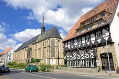 Fachwerkgebäude, Hotel Sankt Florian - Kirchenschiff der römisch-katholischen St. Katharinenkirche in Halberstadt; turmlose gotische Hallenkirche, ehem. Klosterkirche des Dominikanerklosters St. Katharinen, erbaut 1231.