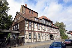 Fachwerkgebäude in der Mauerstrasse von Goslar; dahinter der Teufelsturm - Teil der alten Stadtbefestigung um 1280 errichtet.
