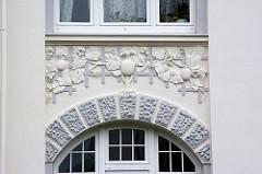 Stuckdekor - Frucht und Blattwerk über einem Hauseingang / Oberlicht; Goslar / Harz.