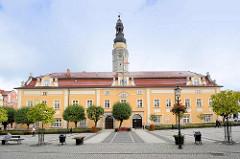 Rathaus und Marktplatz in Bunzlau / Bolesławiec; Rathausgebäude in den Hussitenkriegen 1429 zerstört -  Wiederaufbau durch den Görlitzer Stadtbaumeister Wendel Roskopf, der 1535 im Stil der Spätgotik bzw. Renaissance vollendet wurde. Aus dieser Zeit