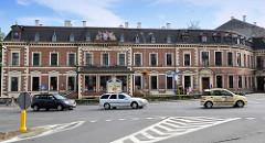 Historisches Postgebäude mit Portalskulpturn / Wappen, Fassadenaufschrift Poczta Polska - Gebäude in Kłodzko / Glatz.