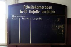 Tafel mit Aufschrift - Arbeiskameraden helft Unfälle verhüten; Bergwerk Rammelsberg / Goslar.