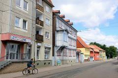 Unterschiedliche Bauformen in Halberstadt - Plattenbau und Fachwerkgebäude mit Erker - Fahrradfahrer.