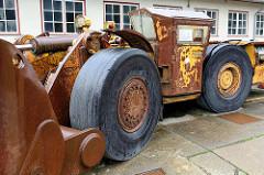 Rostiges Transportfahrzeug - Schaufelbagger;  Bergwerksanlage am Rammelsberg in Goslar - jetzt Besucherbergwerk / Museum.