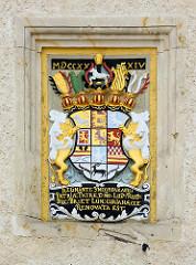Historisches Wappen von Blankenburg an der Rathaus-Fassade; Jahreszahl, römische Ziffern 1734.