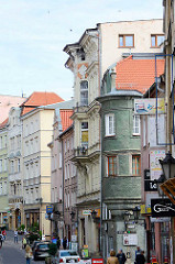 Geschäftsstraße in Kłodzko / Glatz - Wohnhäuser mit Geschäften im Erdgeschoss; unterschiedliche Architekturstile / Epochen.