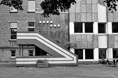 Schularchitektur in Schwarz-Weiss, Treppenaufgang; Schulgebäude in Goslar / Harz.
