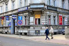 Hausfassade / Gründerzeit-Wohnhaus mit grosser Anzahl von Werbeschildern an der Hausfassade - Architektur in Bunzlau / Bolesławiec.