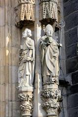 Skulpturen am Eingangsbereich der Stadtpfarrkirche St. Stanislaus und Wenzel (Kościół ŚŚ. Stanisława i Wacława) in Świdnica - Schweidnitz. Seit 2004 Kathedrale des neueingerichteten Bistums, wurde 1325–1488 an der Stelle eines 1250 erwähnten Vorgänge
