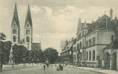 Altes Bild vom Domplatz in Halberstadt - lks. der Dom St. Stephanus und St. Sixtus - re. das Postgebäude und die Domprobstei.