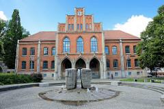 Rotes Klinkergebäude - Gymnasium Martineum in Halberstadt; eine der ältesten Schulen in Deutschland -1545 wurde die frühere Pfarrschule zur städtischen Schule umgewandelt.