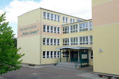 Gebäude / Eingang der Sekundarschule Walter Gemm in Halberstadt.