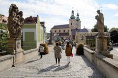 Minoritenkirche St. Maria (Kościół Matki Bożej Różańcowej) in Kłodzko / Glatz , erbaut von 1628 bis 1631.  Blick über die Johannisbrücke / Brücktorbrücke - mittelalterliche Steinbogenbrücke