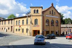 Industriearchitektur - gelbes Ziegelgebäude in Blankenburg; altes E-Werk - Maschinengebäude vom Kraftwerk, neoromanischer Baustil. Nach Paris, New York und Berlin war Blankenburg die weltweit vierte Stadt mit einer öffentlichen elektrischen Beleu