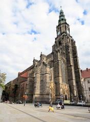 Stadtpfarrkirche St. Stanislaus und Wenzel (Kościół ŚŚ. Stanisława i Wacława) in Świdnica - Schweidnitz. Seit 2004 Kathedrale des neueingerichteten Bistums, wurde 1325–1488 an der Stelle eines 1250 erwähnten Vorgängerbaus errichtet. Nach einem Brand